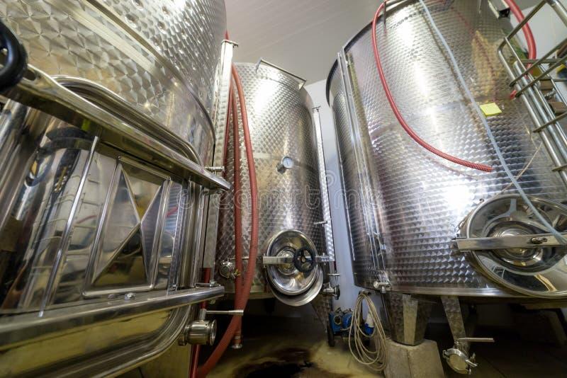 Herstellungskonzept - Behälter eines stehen große Weins in der Produktion stockbild