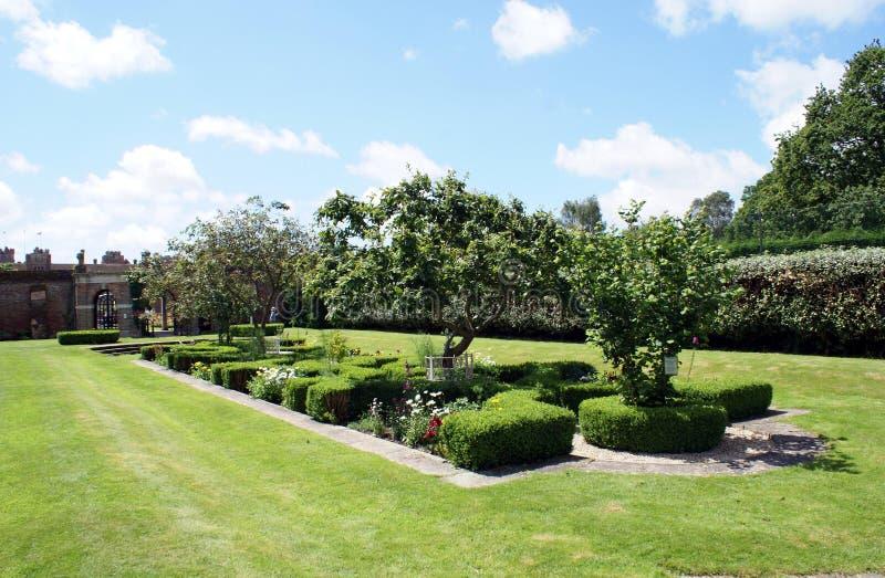 Herstmonceux slottträdgård i England royaltyfri foto