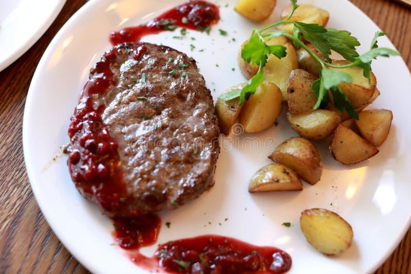 Hertevleeskotelet met aardappelen in de schil royalty-vrije stock foto's