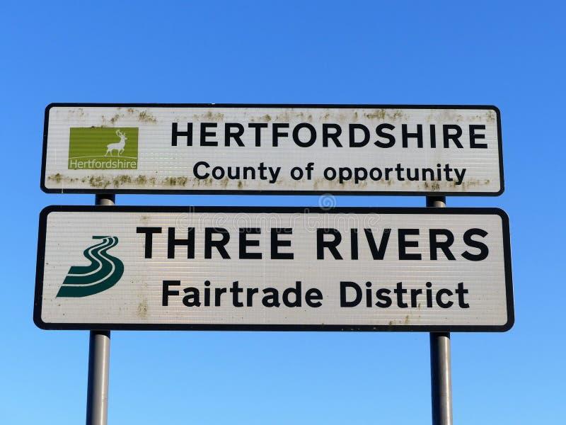 Hertfordshire län av tillfället och tre tecken för flodFairtrade område arkivbild