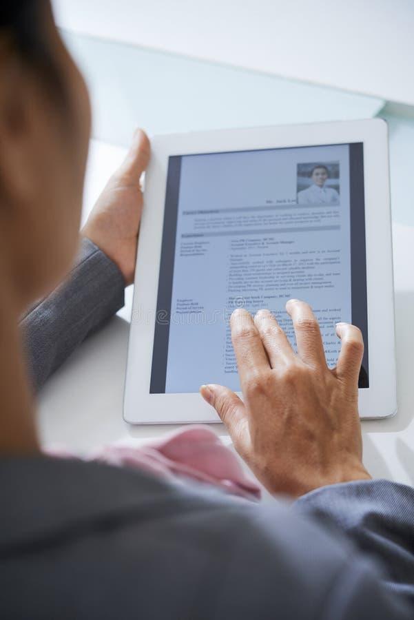 Hervat in tablet royalty-vrije stock foto