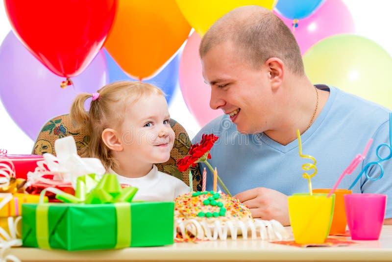 Hervorbringen Sie presentiing Blumengeschenk-Kindermädchen auf Geburtstagsfeier stockfotos