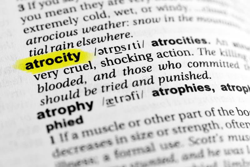 Hervorgehobenes englisches Wort ` Grausamkeit ` und seine Definition im Wörterbuch stockfotos