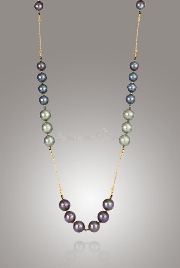 Hervorragende Halskette mit verschiedenen farbigen Steinen, fügen eine Note des Scheins mit Ihren Ausstattungen hinzu lizenzfreie stockfotografie