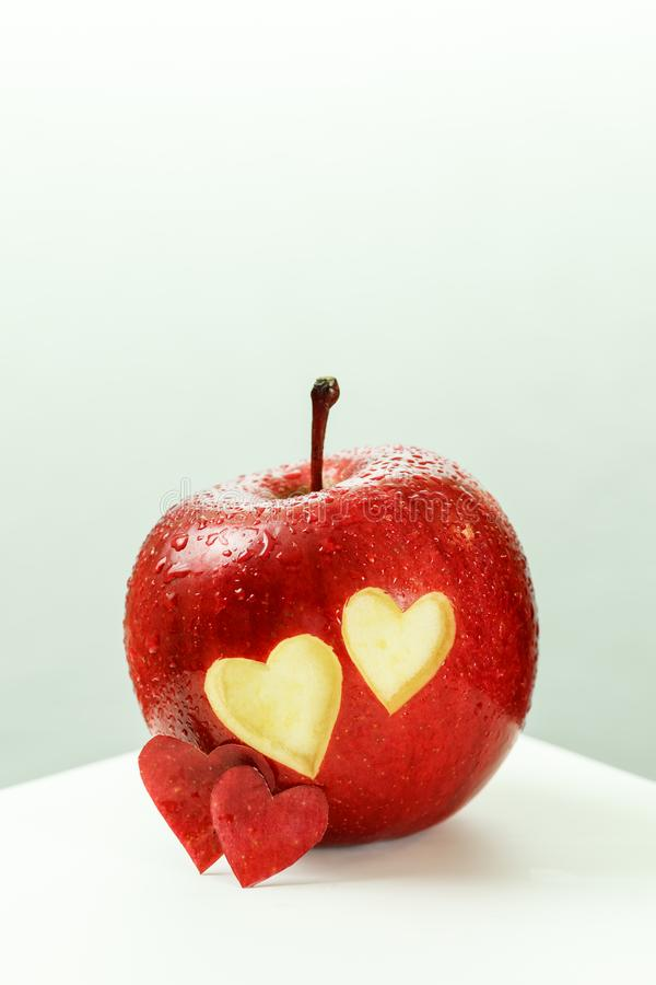Herz in Apple lizenzfreies stockbild