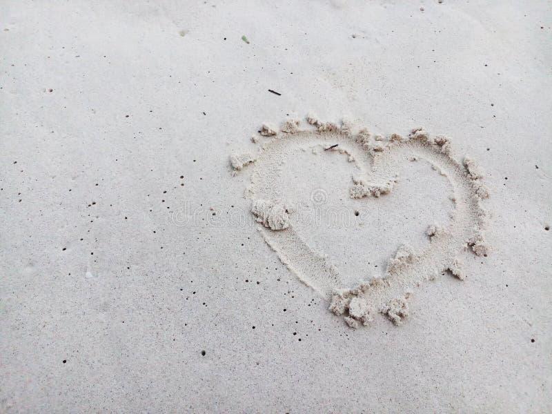 Herz auf dem Sand stockfotos