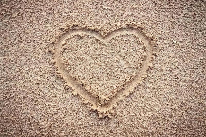 Herz auf einem Sand des Strandes stockfoto