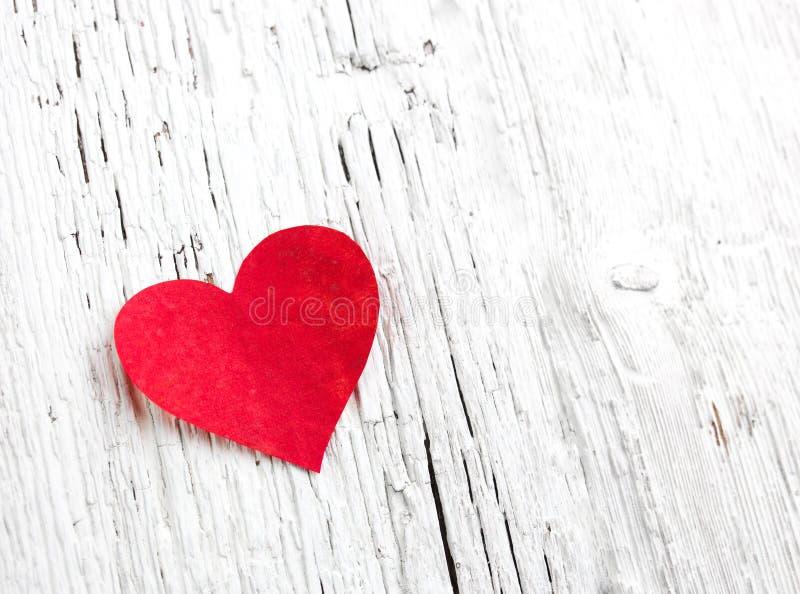 Herz auf hölzernem Hintergrund stockfoto