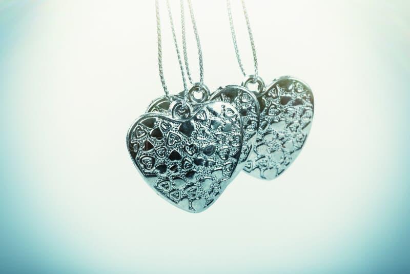 Herz auf Kette Drei blaue Herzen Valentinstag Blaue Herzen für Jungen und Männer lizenzfreies stockfoto