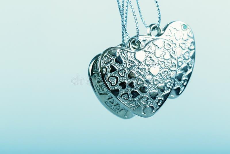 Herz auf Kette Drei blaue Herzen Valentinstag Blaue Herzen für Jungen und Männer stockbild
