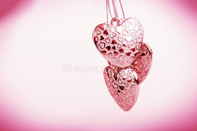 Herz auf Kette Drei rosa Herzen Valentinstag Rosa Herzen für Liebhaber von Mädchen und Frauen lizenzfreies stockbild