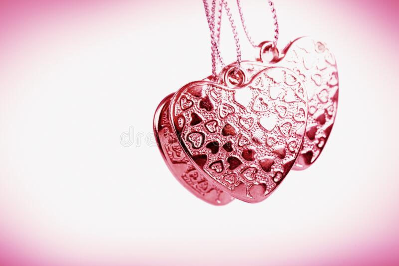 Herz auf Kette Drei rosa Herzen Valentinstag Rosa Herzen für Liebhaber von Mädchen und Frauen lizenzfreies stockfoto