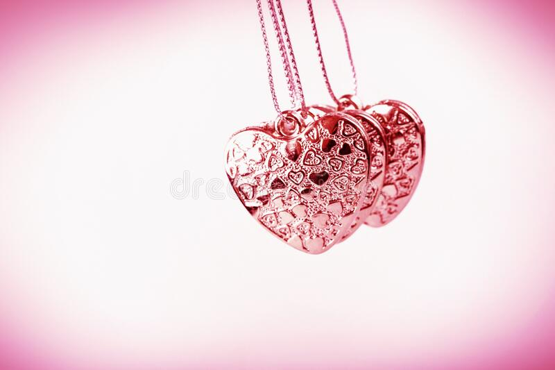 Herz auf Kette Drei rosa Herzen Valentinstag Rosa Herzen für Liebhaber von Mädchen und Frauen stockfotos