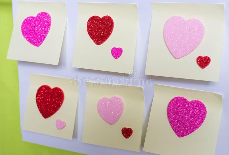 Herz auf sticki Blättern Papier Rote Rose lizenzfreies stockbild