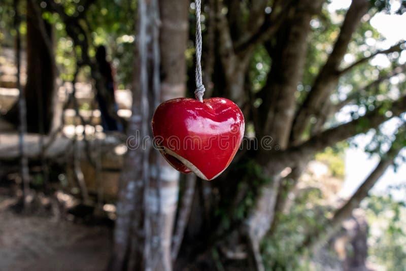 Herz, das am Seil hängt lizenzfreie stockfotos
