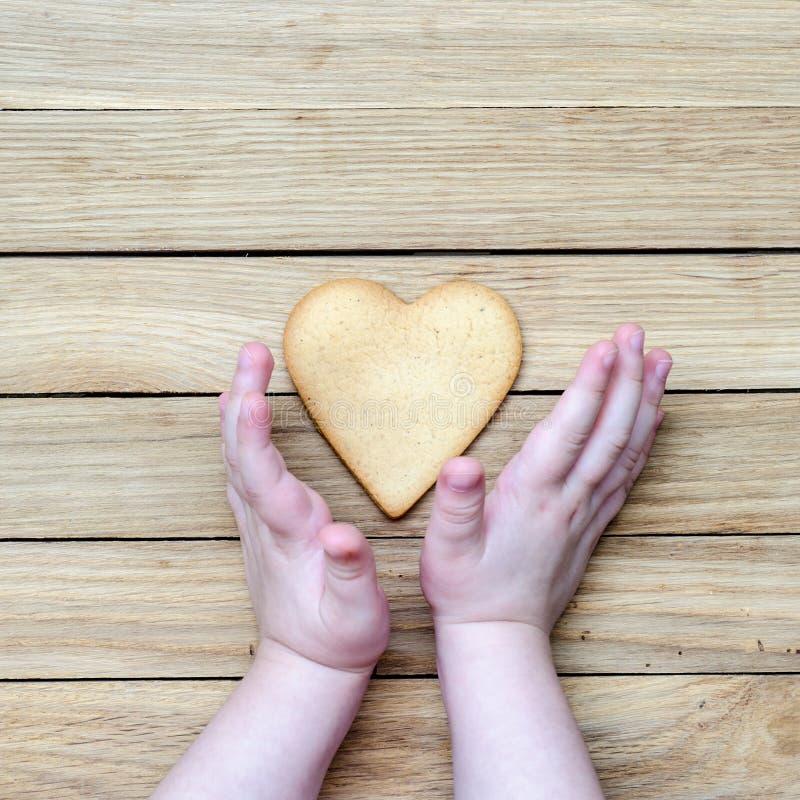Herz in den Händen der Kinder lizenzfreie stockfotos