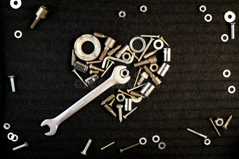 Herz der Werkzeuge und der Schraubennüsse stockbilder