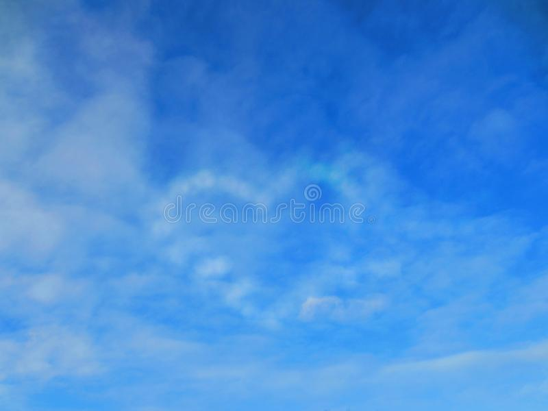 Herz des Himmels Ein hoher Himmel des Türkises mit weißen Wolken stockfoto