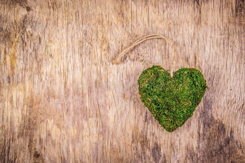 Herz des Mooses Grünes Herz auf hölzernem Hintergrund Eco Art Eco-Geschenk St Valentinsgruß ` s Tag lizenzfreies stockbild