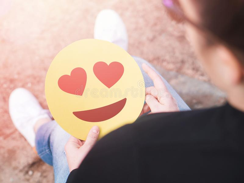 Herz Emoticon in der Hand stockfotos
