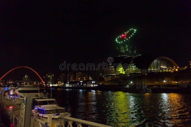 Herz-förmige Feuerwerke an Newcastle-Kai auf neues Jahr ` s Eve lizenzfreies stockbild
