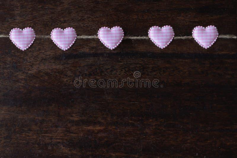 Herz-förmige Klipp hängen am Seil, Tag des Valentinsgruß-s, Liebestapete lizenzfreie stockbilder
