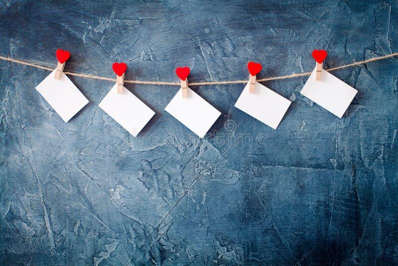 Herz-förmige Klipp hängen am Seil, Valentinsgruß ` s Tag, Postkarte stockfotografie