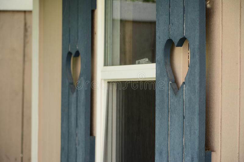 Herz-Fensterläden lizenzfreies stockfoto