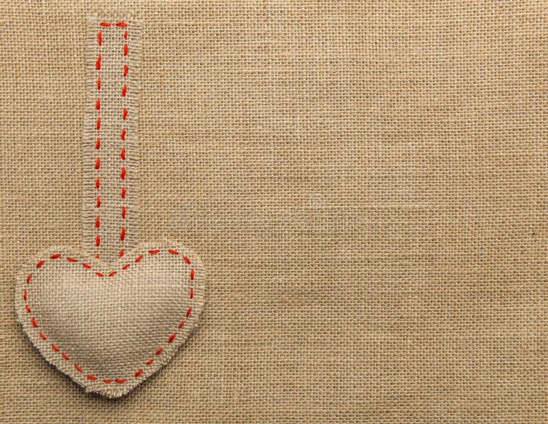 Herz-Form-Sackleinen-nähender Gegenstand Ausgebesserter Leinwand-Hintergrund lizenzfreie stockfotos