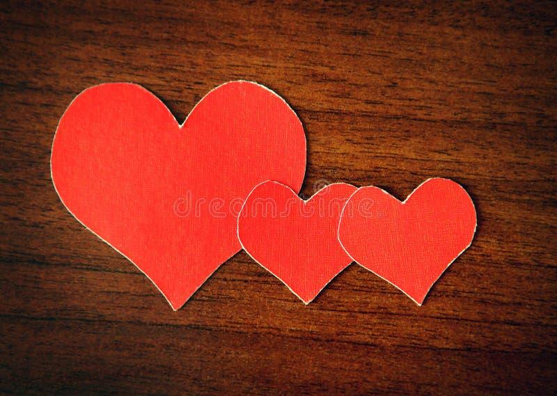 Herz-Formen auf dem hölzernen Hintergrund lizenzfreies stockfoto