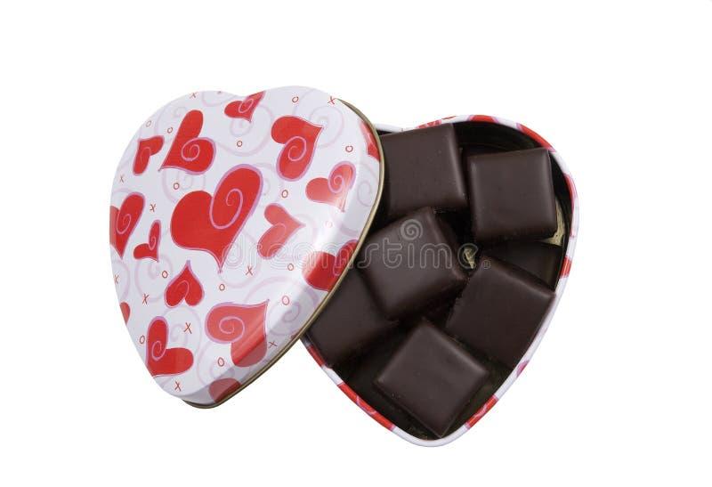 Herz formte Kasten mit Schokolade bedecktem Kuchen stockbild