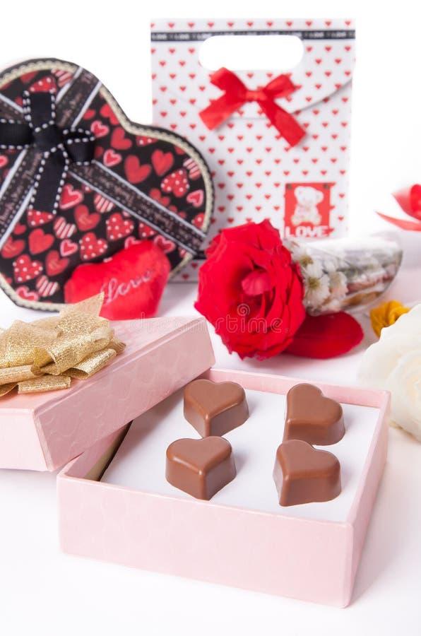Herz formte Schokoladen-Liebe am rosa Geschenkbox und Rosen-Valentinsgruß-Tag lizenzfreie stockbilder