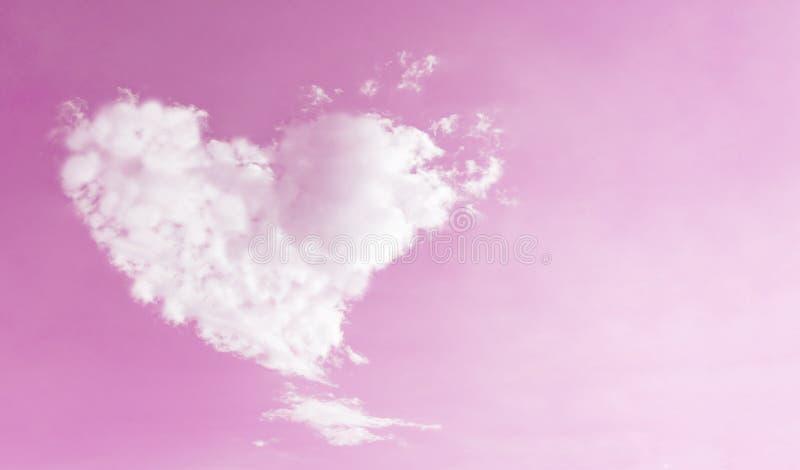 Herz formte Wolke auf rosa Himmel für Liebe und Valentinsgrüße stockfotos