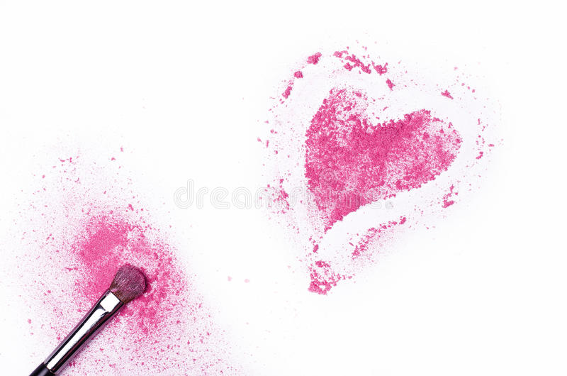 Herz formte zerquetschte Lidschatten mit der Bürste, die auf weißem BAC lokalisiert wurde stockfotos