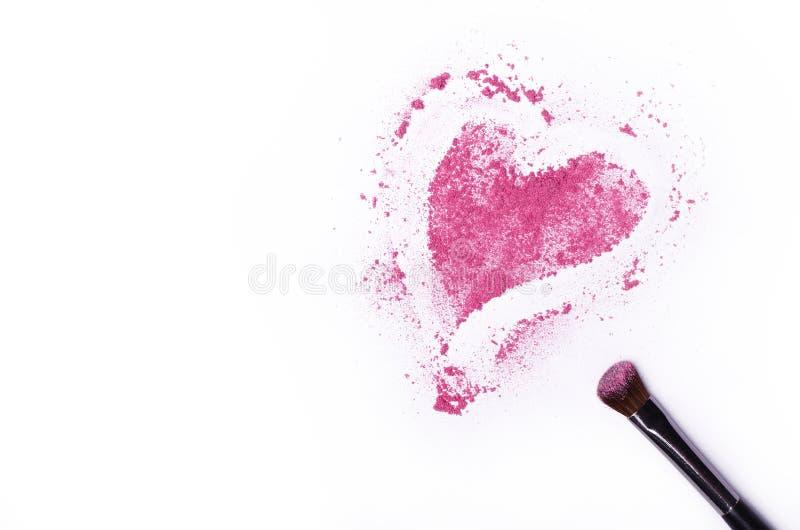 Herz formte zerquetschte Lidschatten mit der Bürste, die auf weißem BAC lokalisiert wurde lizenzfreies stockfoto