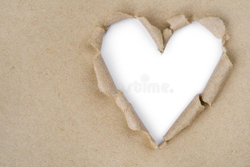 Herz geformt zerrissen durch Recyclingpapier lizenzfreies stockfoto