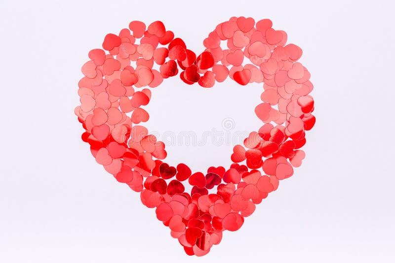 Herz geformte Funkeln-Konfettis getrennt auf weißem, selektivem Fokus Modische Minute stockbild