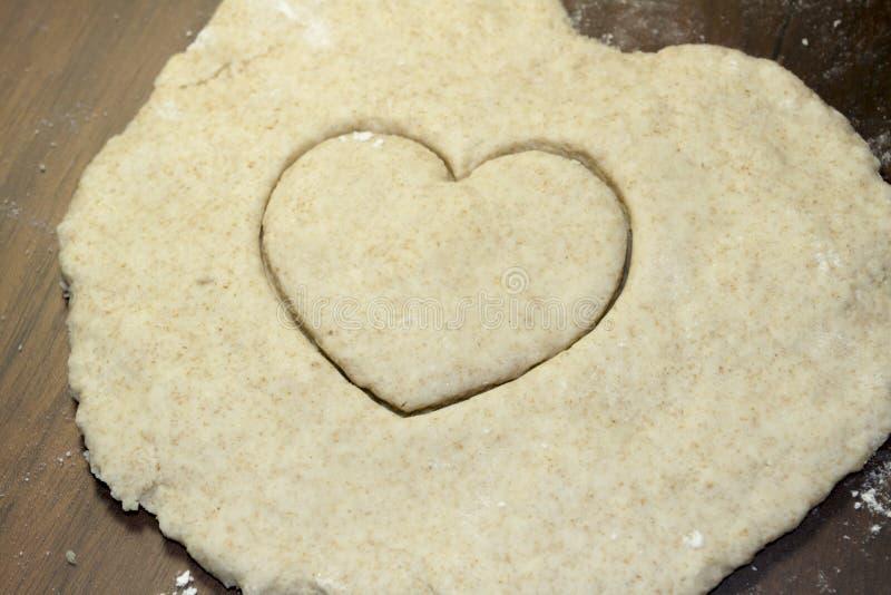 Herz geschnitten in Salz-Teig stockfoto