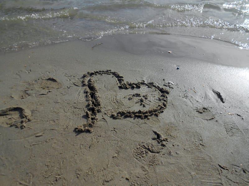 Herz im Sand lizenzfreie stockfotos
