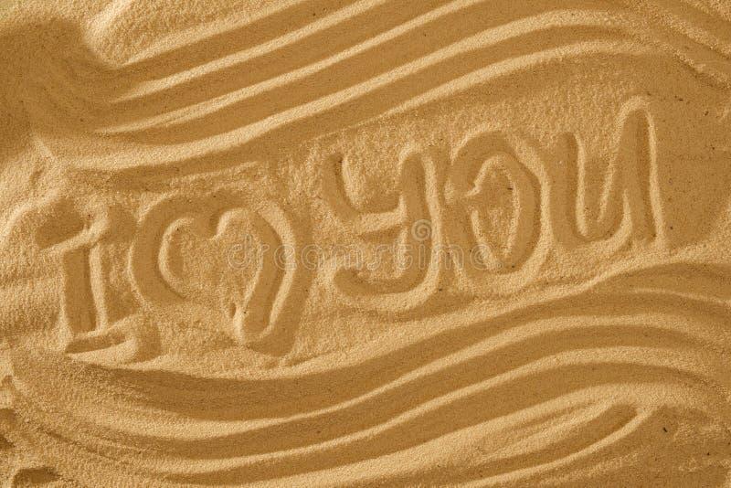 Herz im Sand auf dem Strand Liebe symboll mit Welle und Text lizenzfreie stockfotografie