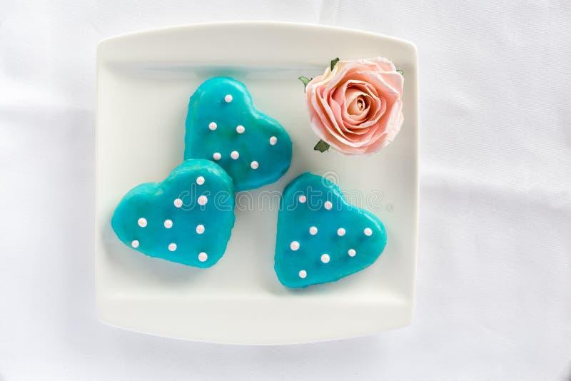 Herz-Kekse mit blauer Zuckerglasur von der Spitze stockfoto