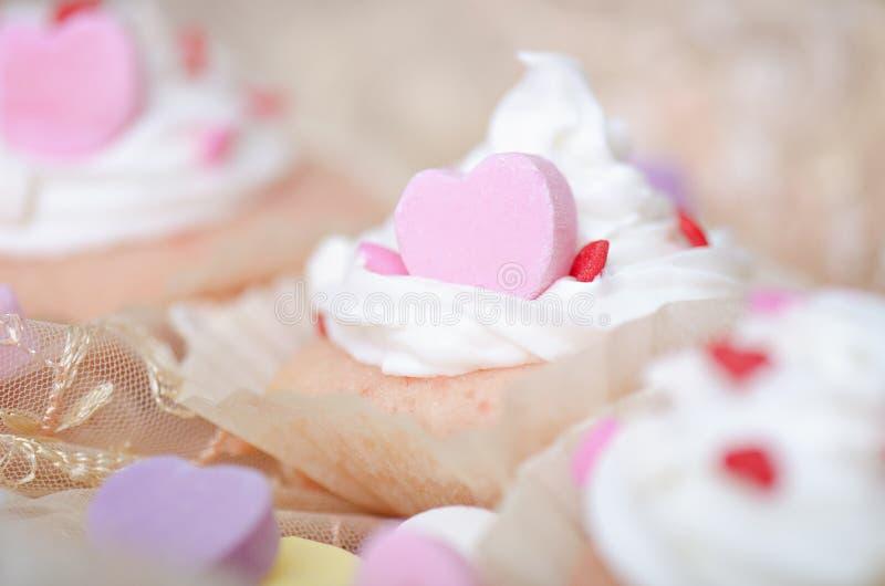 Herz-kleiner Kuchen mit weißem gefrierendem Whip Cream lizenzfreies stockbild
