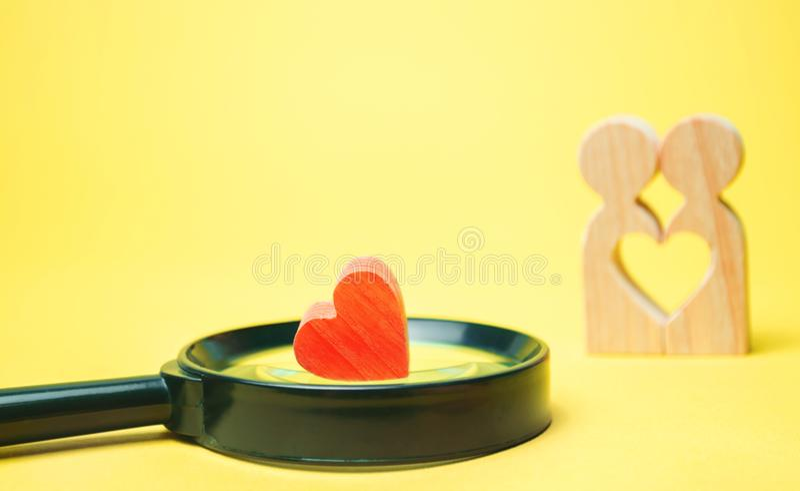 Herz, Lupe und ein Paar in der Liebe Das Konzept von Familienproblemen und Verlust von Gefühlen für Ihr geliebtes beratung stockbilder