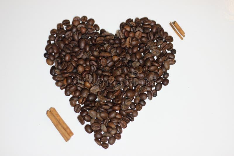 Herz machte mit Bohnen des Kaffees stockfoto