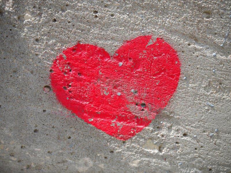 Herz malte auf einer Betonmauer, ein Symbol der Liebe stockfoto
