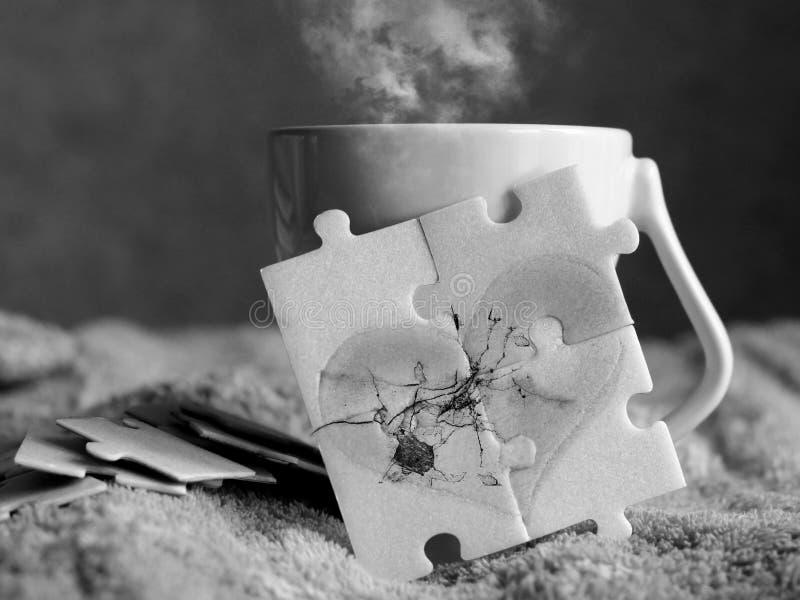 Herz mit einem Sprung von Puzzlespielen und von Tasse Kaffee, Schwarzweiss-Bild stockfotos