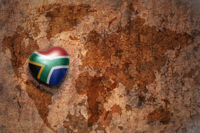 Herz mit Staatsflagge von Südafrika auf einem Weinleseweltkartesprungs-Papierhintergrund lizenzfreies stockbild