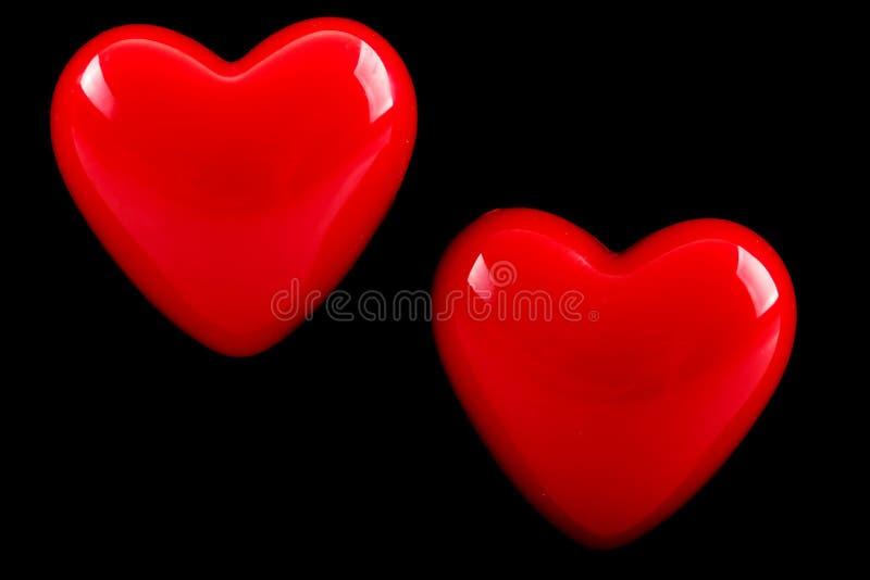 Herz mit zwei Rottönen auf schwarzem Hintergrund lizenzfreie stockfotos