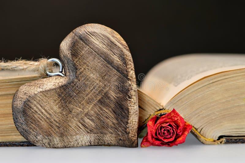 Herz, trocknen rosafarbenes und altes Buch stockfotografie