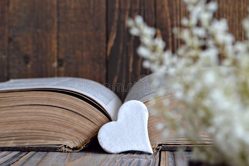 Herz und altes Buch lizenzfreie stockbilder